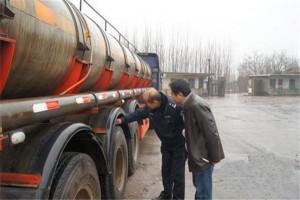 湖北交警进危化品运输企业检查车辆