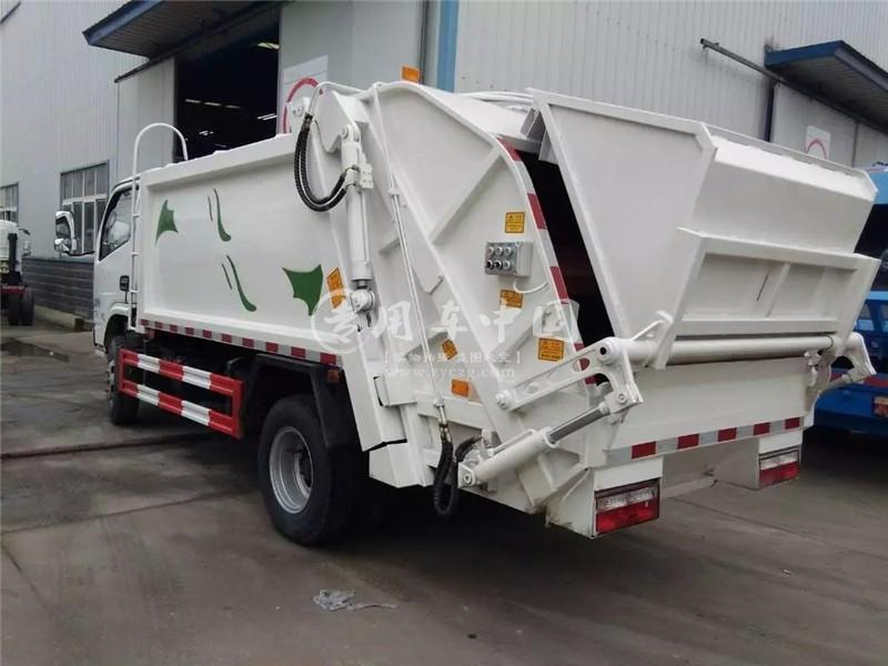 多利卡4方压缩式垃圾车