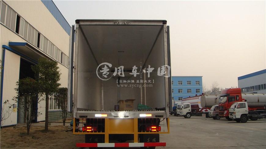 东风天锦小三轴8.6米冷藏车尾部图