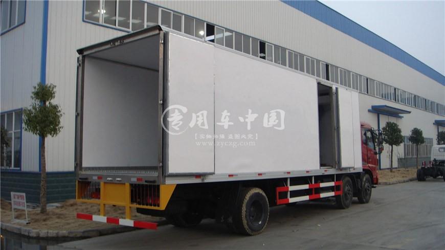 东风天锦小三轴8.6米冷藏车后侧图