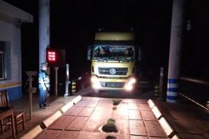 靖州:货车超限超载危害大 夜间治超不松懈