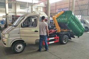 贵州勾臂式垃圾车发往客户指定地点