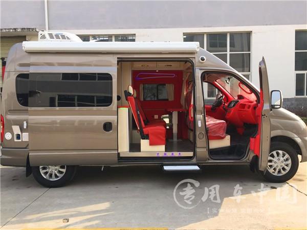 上汽大通长轴高顶的B型房车,适合结婚旅行的正红色内饰