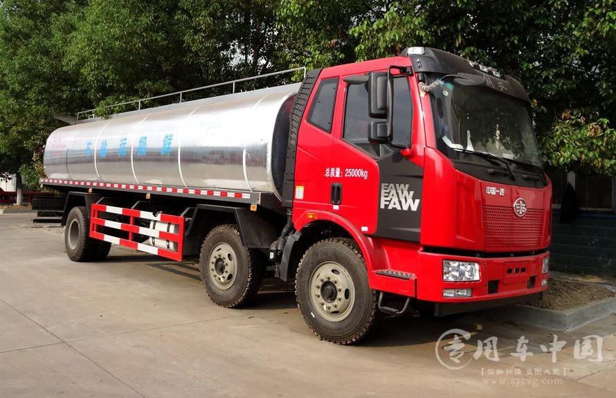 解放小三轴鲜奶运输车