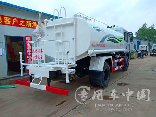 山东青岛环卫公司购置两台洒水车