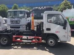云南王总在勾臂垃圾车厂家采购跃进小福星勾臂垃圾车3台