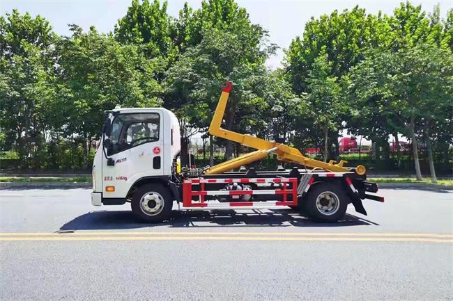 大运5吨钩臂垃圾车